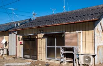 家の周辺に古い木造家屋がある