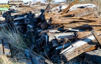 家の敷地や周辺に古材や廃材などを置いたままにしている