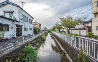 家の周辺に川、沼、水路、水田など水に近い立地条件にある
